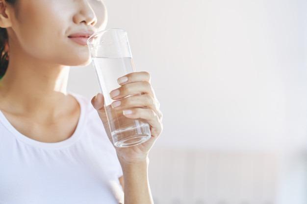 Uống đủ nước để đảm bảo hoạt động của cơ thể