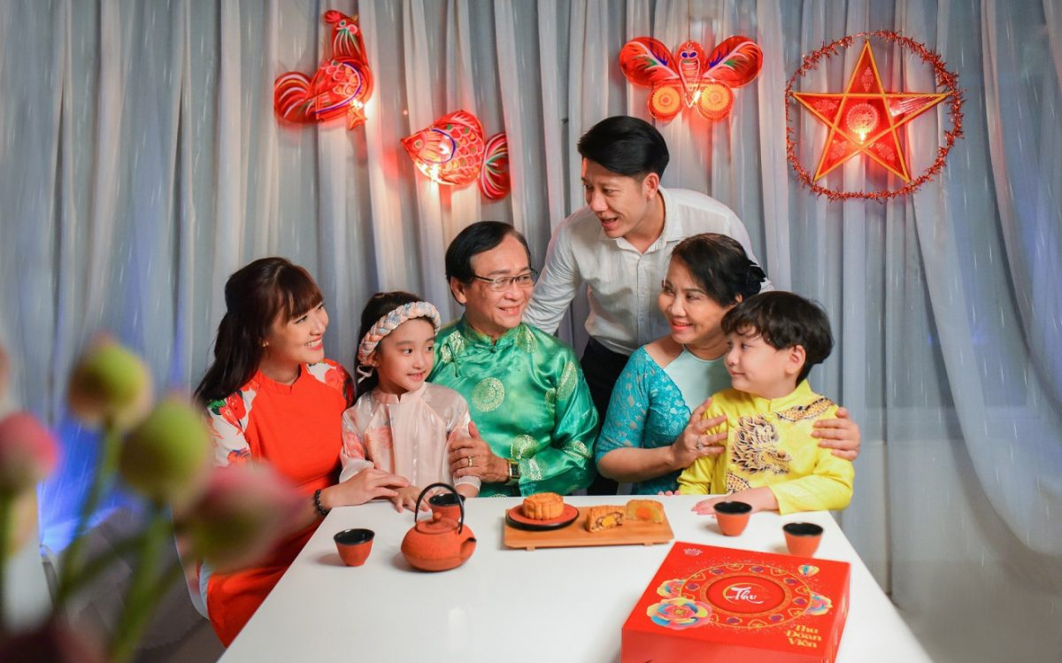 Gia đình cùng quây quần bên nhau trong Tết Trung Thu